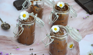 Mousse au chocolat noir et grué de cacao