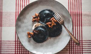 Ravioles noires au chèvre frais