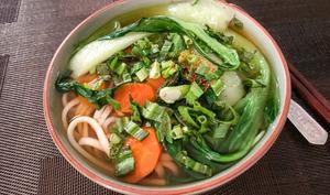 Soupe de nouilles udon au chou pak choï