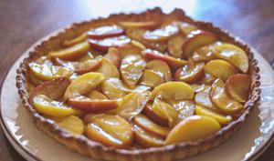 Tarte sablée au miso et pommes confites au sirop de cidre
