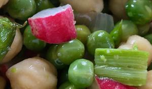 Salade tiède de pois chiches, petits pois et asperges vertes