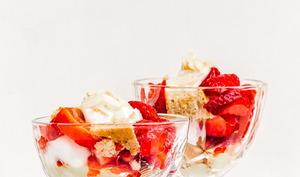 Trifle vegan aux fraises et sponge cake