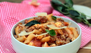 Macaroni au ragoût à la tomate et mozzarella