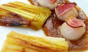 Saint jacques aux poireaux brûlés, sauce pulled pork