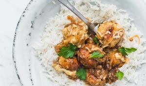 Boulettes de poulet avec une sauce à l'oignon
