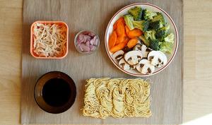 Nouilles sautées au poulet, carotte, brocoli et champignon
