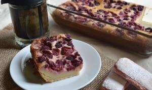 Clafoutis aux biscuits roses et aux framboises
