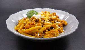 Macaroni au ragoût à la tomate et à la mozzarella