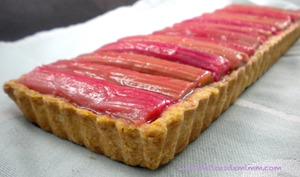 Tarte sablée à la rhubarbe et à la crème d'amandes
