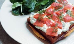 Gaufres de patate douce, saumon et tzatziki