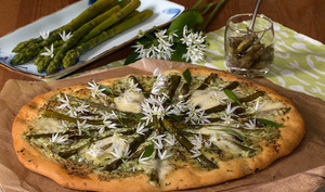 Pizza, asperges vertes, ricotta et ail des ours