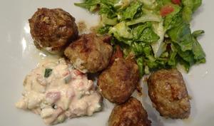 Boulettes de viande et dip aux légumes et feta