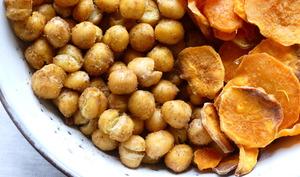 Chips de patates douces et pois chiches grillés au cumin
