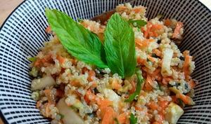 Salade de quinoa, carottes, pommes, persil et amandes