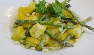 Gnocchi à la crème aux asperges vertes, pignons et Parmesan