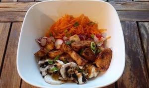 Powerbowl asiatique au poulet grillé, radis et champignons