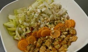 Poke bowl aux crevettes, aux endives et aux pommes