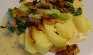 Pommes de terre au four broccoli et sauce au fromage