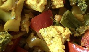 Petit épeautre, brocoli, tofu et poivron rouge aux épices