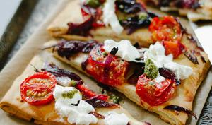 Fougasse aux tomates, oignons et burrata