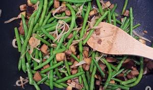 Une poêlée d'aubergine, haricots verts et oignon