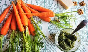 Pesto aux fanes de carotte, noix et parmesan