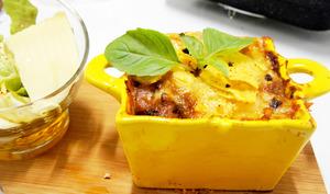 Gratin d'aubergines à la viande en sauce et au fromage abondance