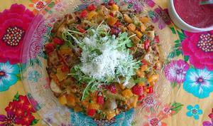 Délicieuse omelette aux légumes avec salsa tomates chili