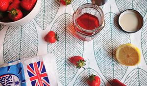 Sirop anti-gaspi de queues de fraises à la vanille