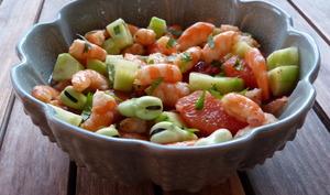 Poke bowl aux crevettes, pomelo, fèves et concombre