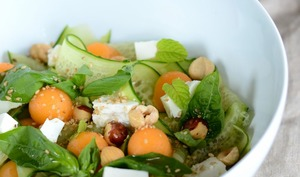 Salade de concombre, feta, melon et noisettes