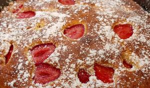 Un délicieux gâteau moelleux aux fraises avec son coulis de fraises