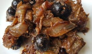 Salade cuite d'aubergine oignons et olives noires