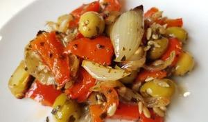 Salade cuite de poivrons rôtis aux oignons et olives vertes