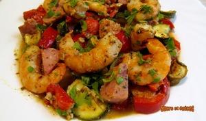 Papillotes de crevettes avec du saucisson à l'ail et des légumes