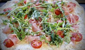 Pizza blanche au tomates cerises, roquette et jambon cru