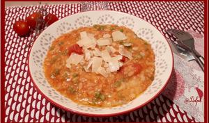 Risotto à la tomate, petits pois et pancetta