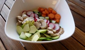 Power bowl aux champignons, radis, carotte et avocat