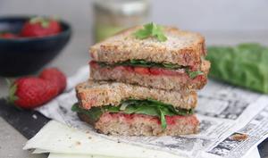 Sandwich grillé fraises-tapenade-blettes