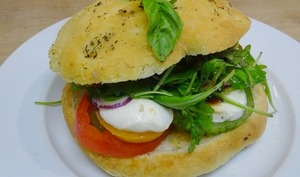 Focaccia comme un sandwich, tomates, mozzarella, basilic et roquette