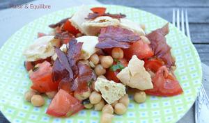Salade tomates, pois chiches, pita et chips de speck