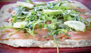 Pizza blanche au saumon et à la roquette