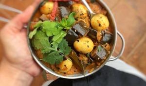 Aubergine au curry avec des œufs de caille