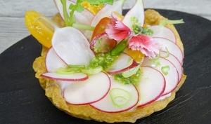 Tartelette feuilletée rillettes de radis, truite fumée et pesto de fanes de radis