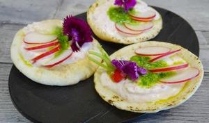 Petit pain libanais rillettes de radis, truite fumée et pesto de fanes de radis en amuse-bouche