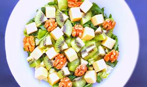 Salade rafraîchissante aux kiwis, noix et emmental