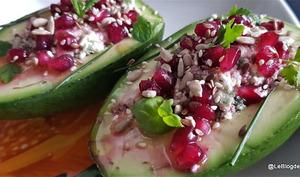 Avocat avec salsa verte, feta et grenade