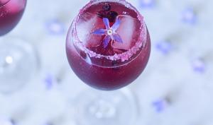 Cocktail au Crémant d'Alsace, à la liqueur de violette et aux myrtilles
