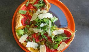 Tarte feuilletée aux tomates et pesto de roquette
