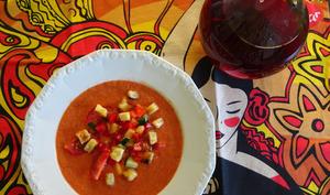 Gaspacho avec garniture de cubes de légumes et croûtons
